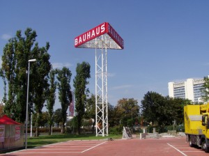 BAUHAUS-Werbeturm-1